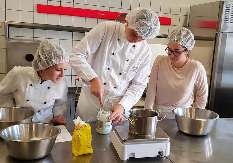 Bubblebomb-Team bei der Produktion in der Küche